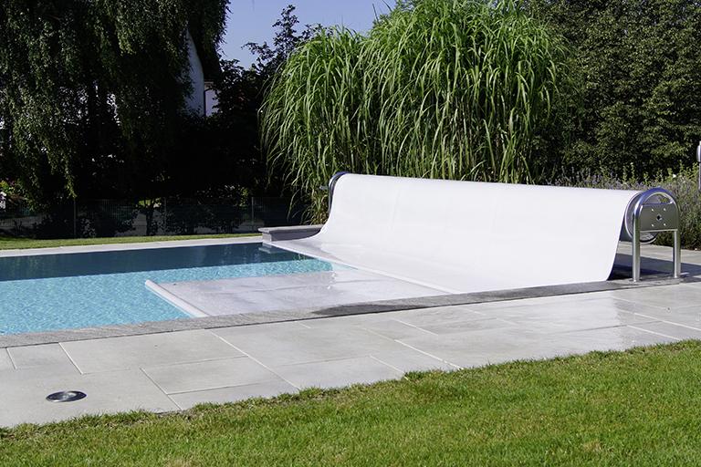pool mit rollschutz in weiss; auf einer chromkonstruktion (rolle) an der stirnseite des pool befindlich
