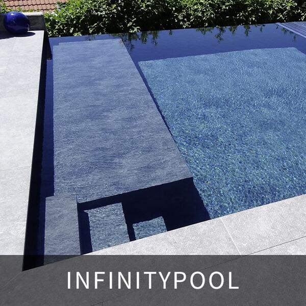 detailansicht infinitypool; einstiegsbereich und sitzstufen in blau; bild zeigt die randlose optik des pools - das optische auslaufen in die natur